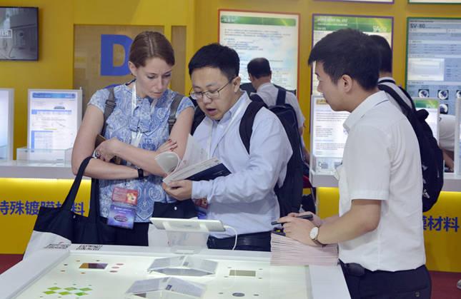 国外客户观看滤光片产品